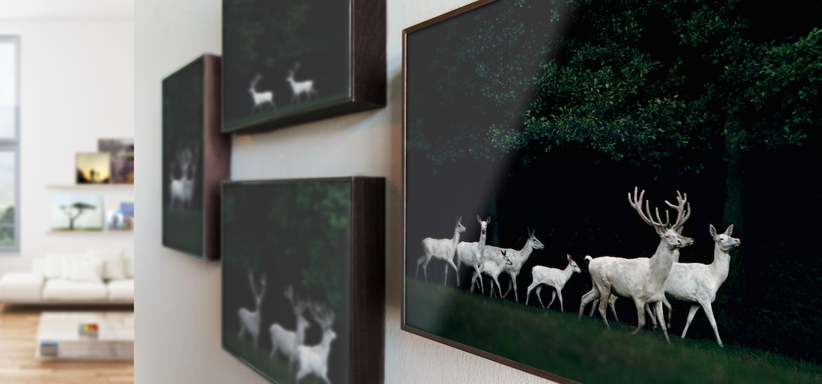 Bilder anordnen: Unterschiedliche Perspektiven als dekorative Hängungsart von Kunst und Fotografie.