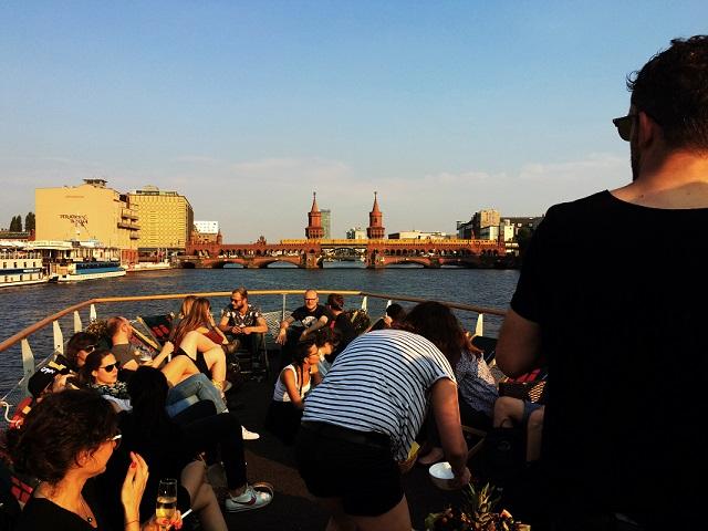 Das WhiteWall Team feiert auf dem Berliner Hauptstadtfloß auf der Spree.