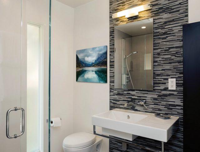 Badezimmer gestalten mit Wandbild im Bad über Toilette