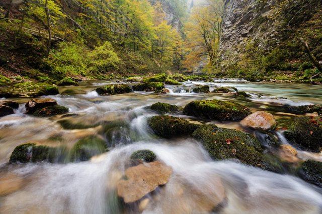 Fließendes Wasser als Motiv für Herbst-Bilder
