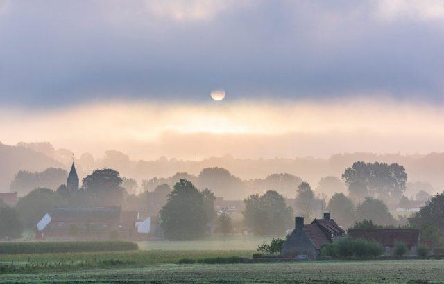 Herbst-Bild: Nebelige Landschaft mit Häusern
