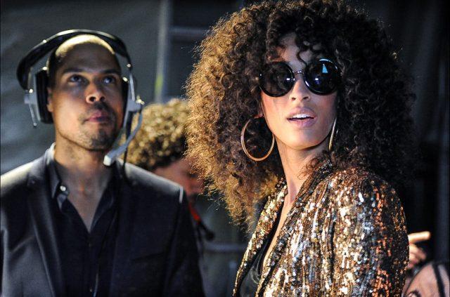 Model mit Sonnenbrille hinter den Kulissen