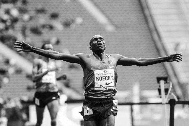 Ein Leistungssportler läuft ins Ziel