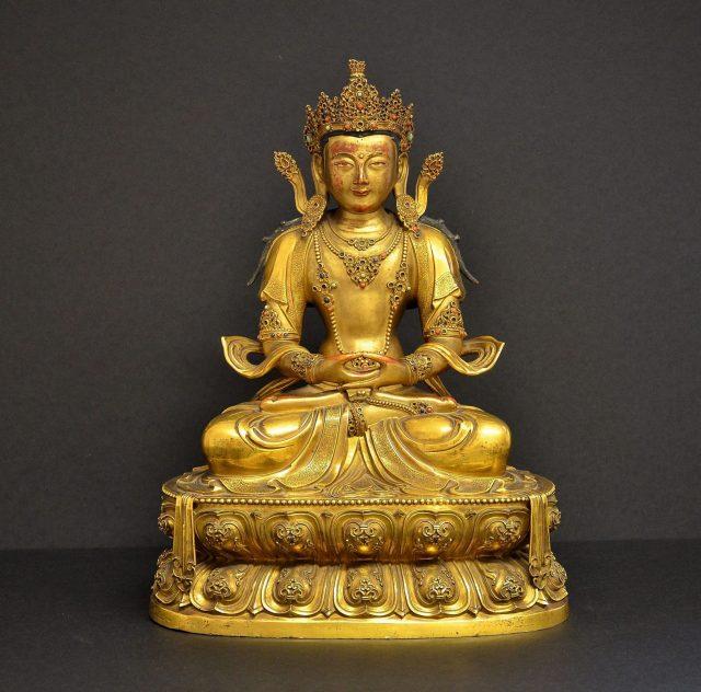 Zudem können die Besucher traditionellen Schmuck sowie die Figur Buddha Amitayus betrachten